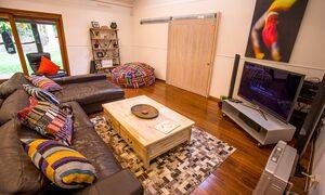 Apalie Retreat - Ewingsdale - Main lounge room