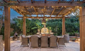 Byron Hills Hinterland Retreat - Byron Bay - Tuscan Style Pergola and Outdoor Dining b