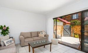 Mango Tree - Byron Bay - Living area to outside