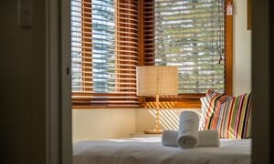 Quiksilver Apartments - The Pass - bedroom