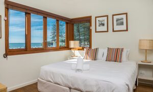 Quiksilver Apartments - The Pass - master bedroom