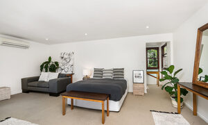 Stone and Grove - Byron Bay - Ewingsdale - Upstairs bedroom with seating area