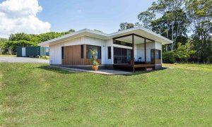 Toad Hall Cottage - Lennox Head - Cottage from Side
