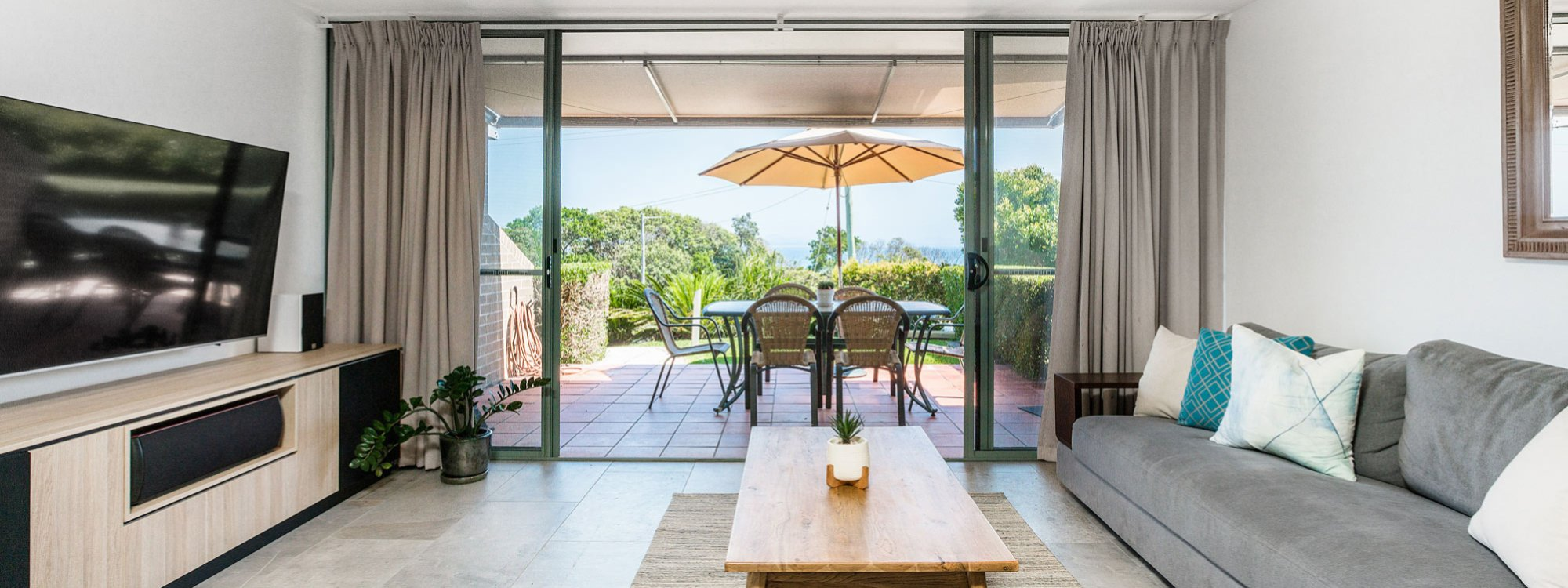 11 James Cook - Byron Bay - Living Towards Outdoor Dining b