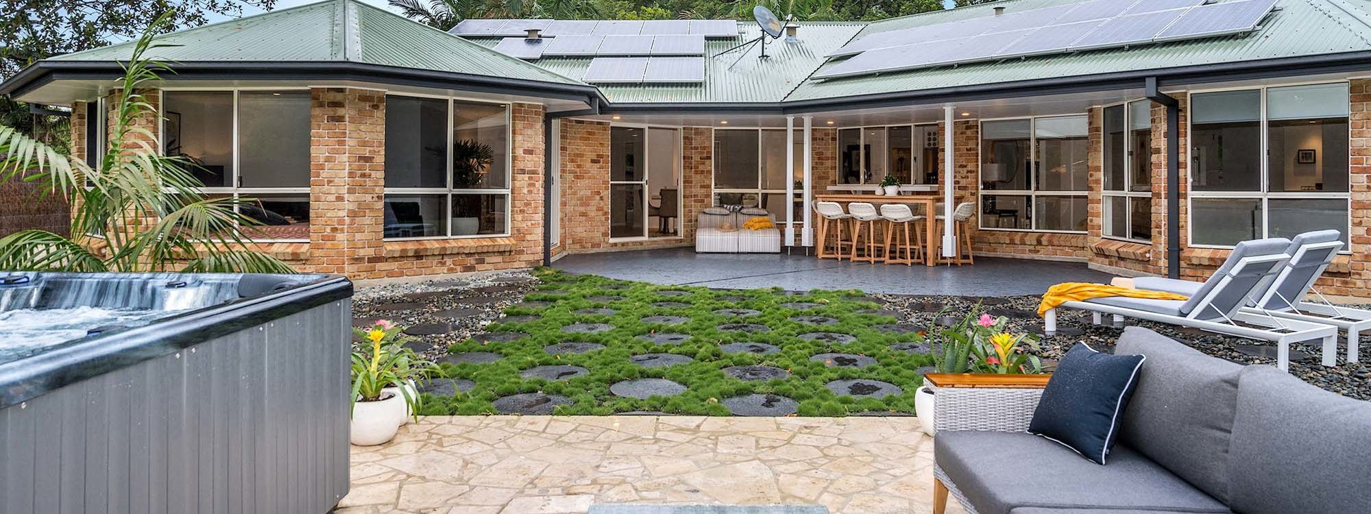 Blues Lodge - Byron Bay - Outdoor Setting and Spa b