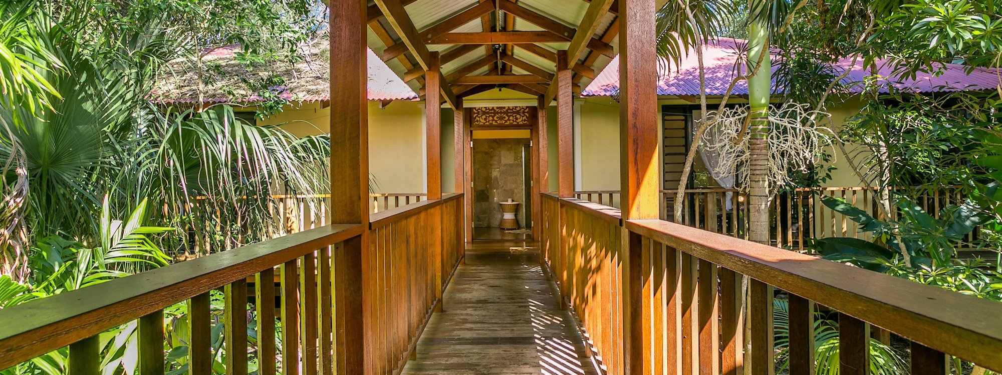 Casa Dan - Pavilion walkway towards bedrooms
