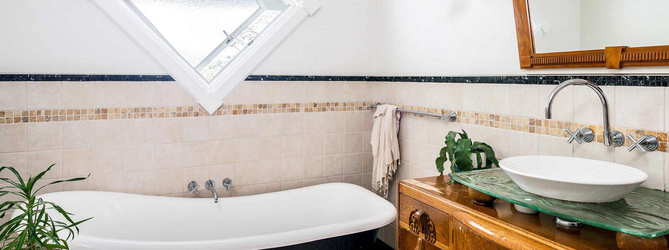 Charlottes Web - Byron Bay - Bathroom with Bath