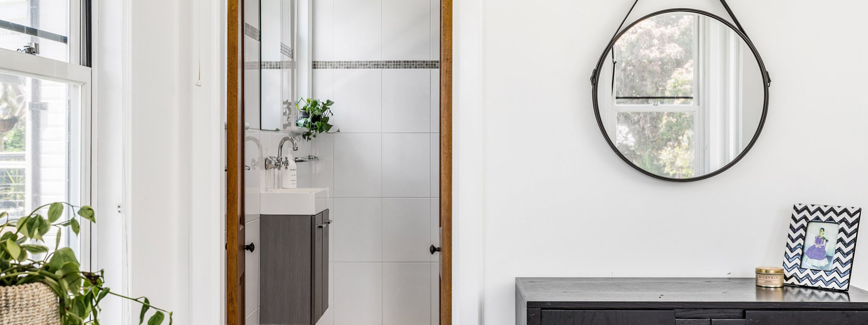Charlottes Web - Byron Bay - Master Bedroom Towards Bathroom