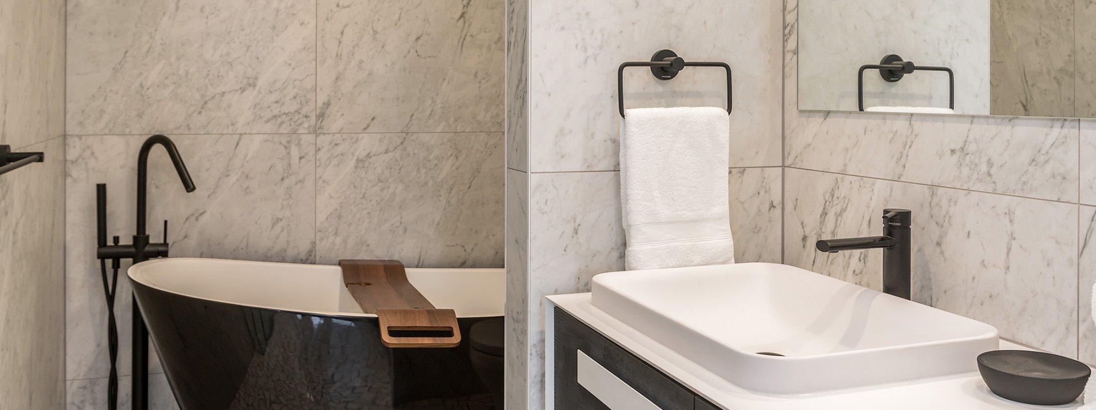 Driftwood - Byron Bay - Bathroom with Bath b