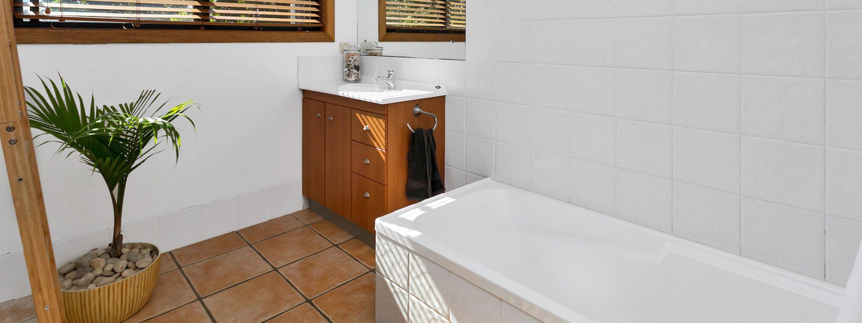 Jannah - Lennox Head - Main bathroom