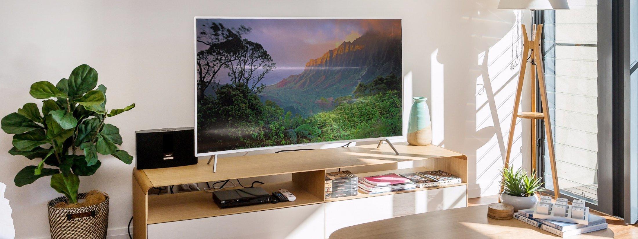Kiah Beachside - Belongil Beach - Byron Bay - large curved screen TV