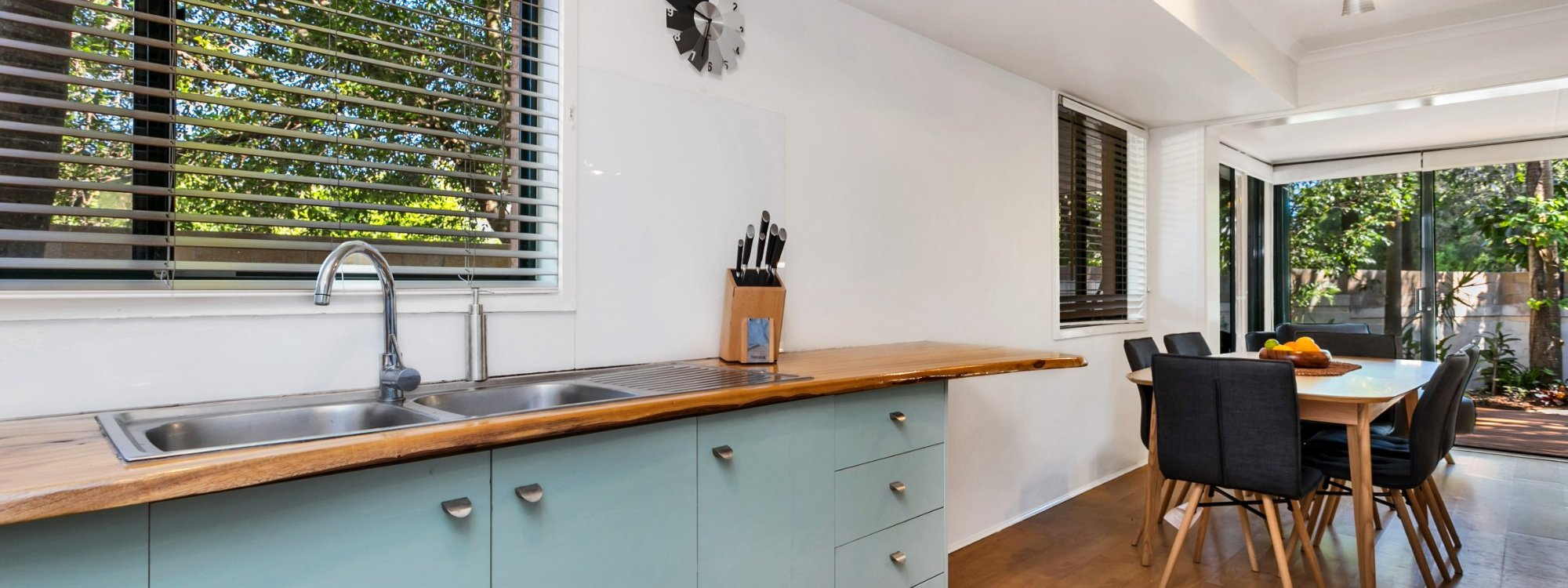 Mahogany Lodge - Byron Bay - Kitchen through to dining