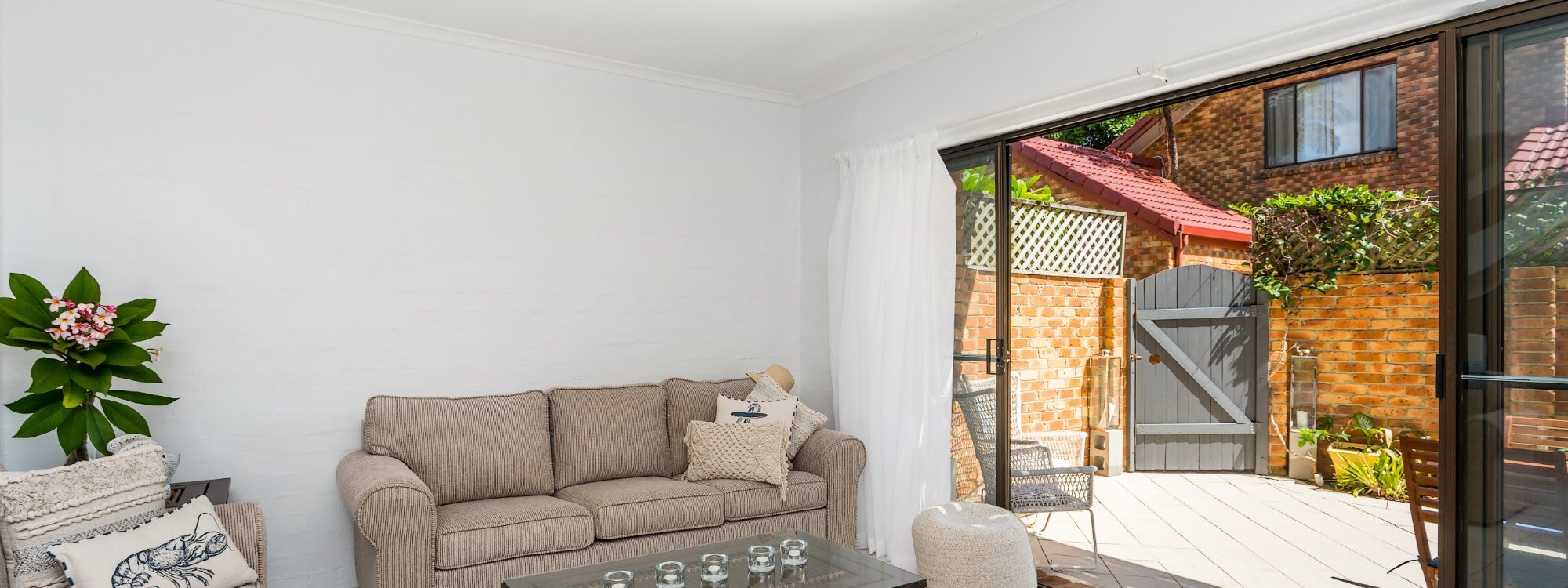 Mango Tree - Byron Bay - Living area to outside