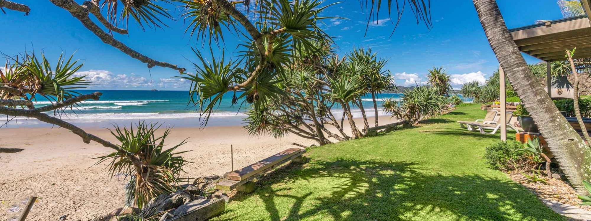 Moonstruck - Byron Bay - Front Lawn and Beach