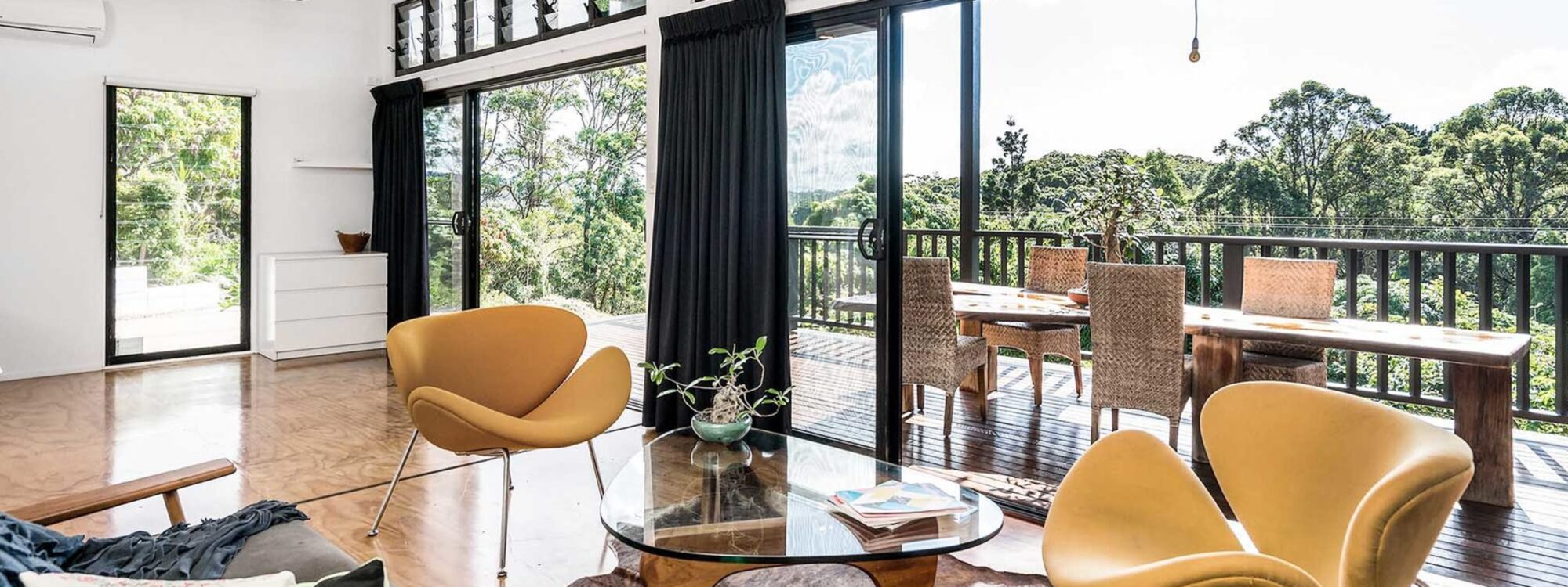 Ourmuli Cabin - Byron Bay - Lounge towards entrance