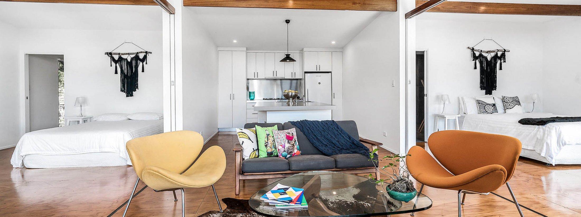 Ourmuli Cabin - Byron Bay - Lounge and kitchen