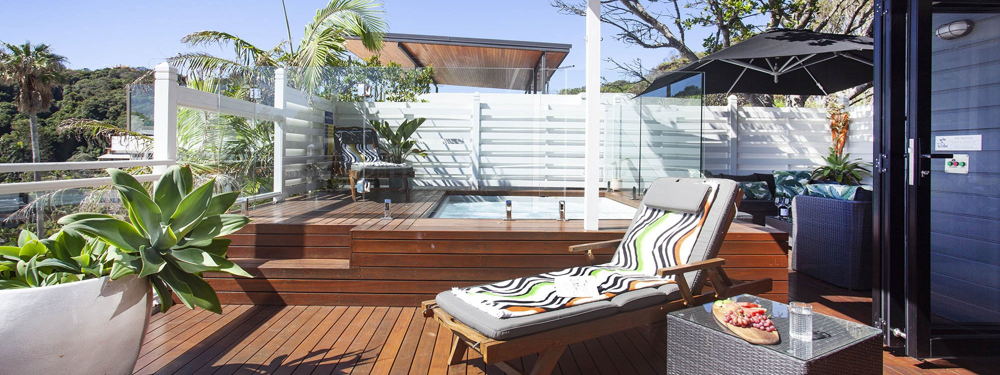 The Palms at Byron - Byron Bay - Main floor deck and pool