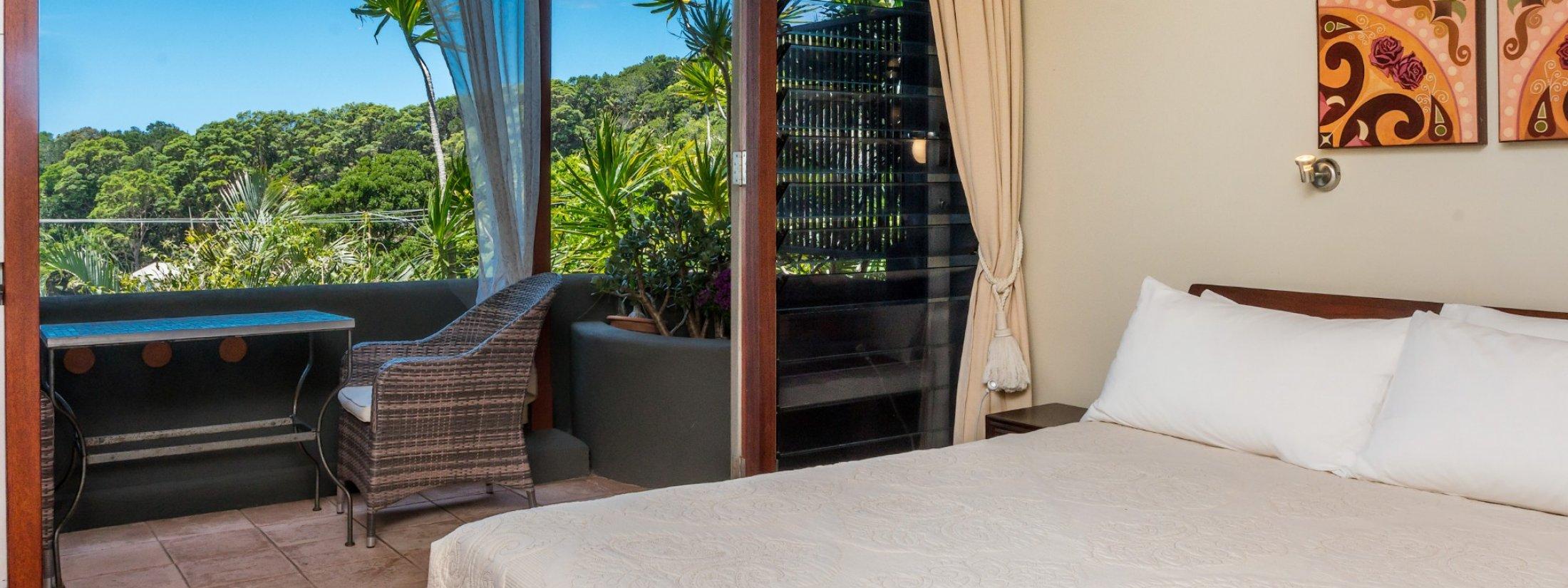 Wategos Retreats - Wategos Beach - Byron Bay - Studio bed and bush views