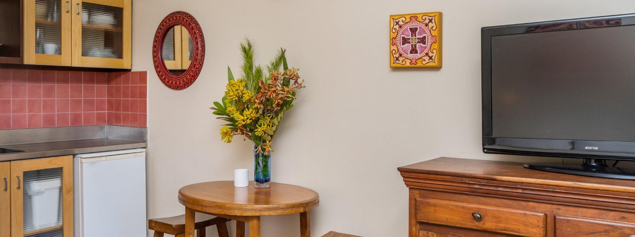 Wategos Retreats - Wategos Beach - Byron Bay - Studio table and TV