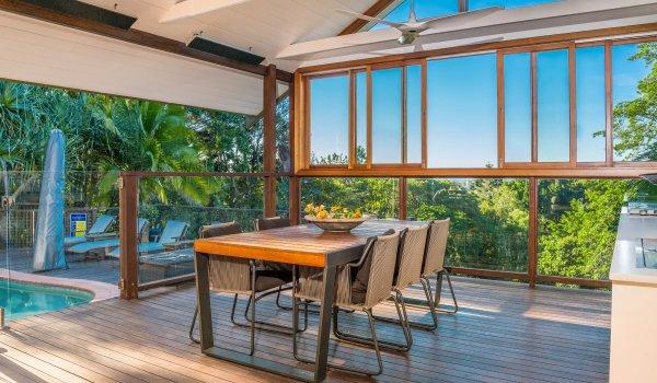 Byron Este - outdoor table