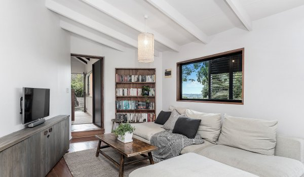 Eastern Rise Studio - ByronBay Hinterland - Lounge Room with TV