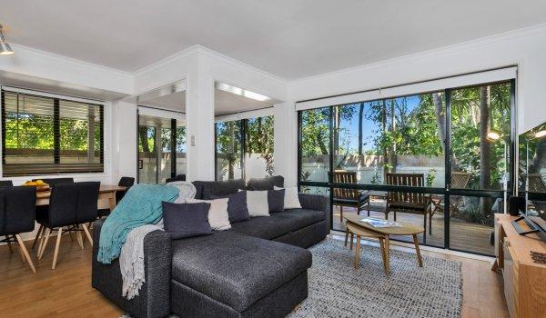 Mahogany Lodge - lounge area to deck