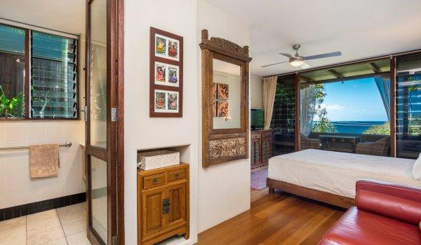 Wategos Retreats - Wategos Beach - Byron Bay - Studio living and door to bathroom